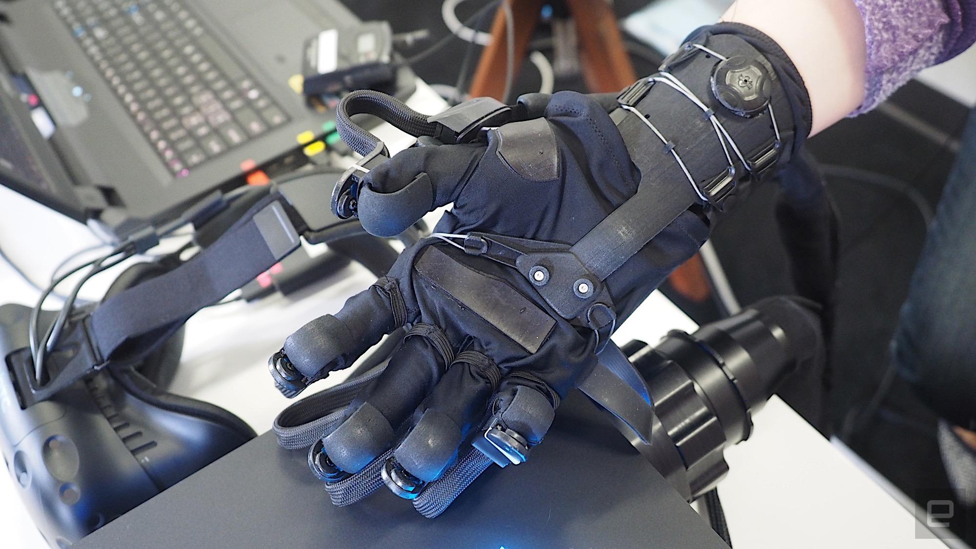 HaptX promete hacer que tus manos virtuales se sientan como reales. Sin embargo, los guantes son bastante voluminosos.