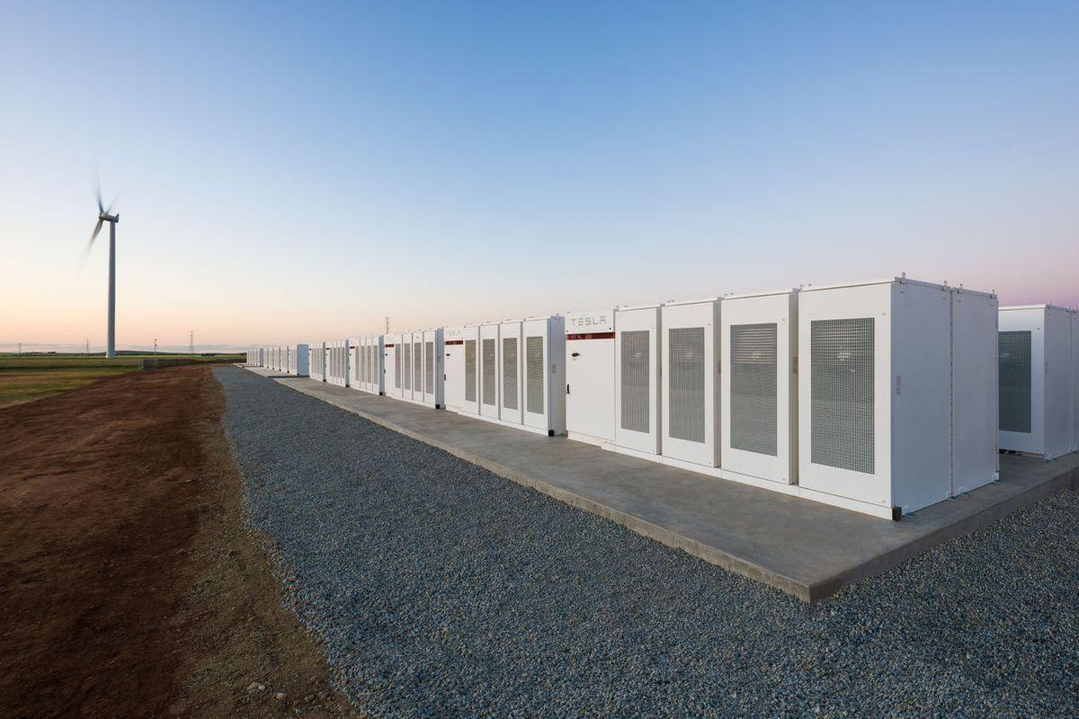 Elon Musk ha terminado de construir la batería más grande del mundo en menos de 100 días. Como prometieron ayudar a Australia del Sur con problemas de energía