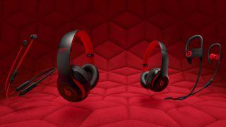 Manzana de celebrando 10 años de golpes con nuevos auriculares tema rojo y negro. Presentación de la colección de la década