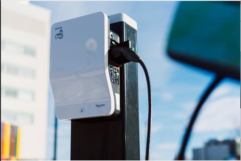 Schneider Electric se alía con ChargeGuru y Zeplug para ofrecer soluciones de carga de vehículos eléctricos