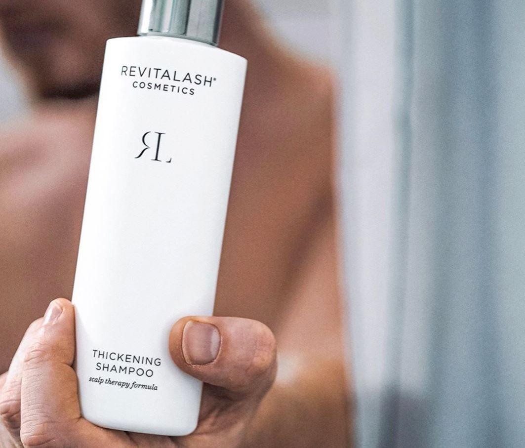 Cómo un champú exfoliante de RevitaLash puede salvar el pelo este verano